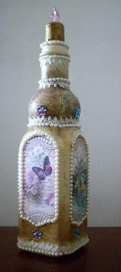 Garrafa decorativa (não utilitária), estilo shabby chic. Projeto desenvolvido com as técnicas de pintura efeito envelhecido, découpage e colagem de rendas , pedras e pérolas.