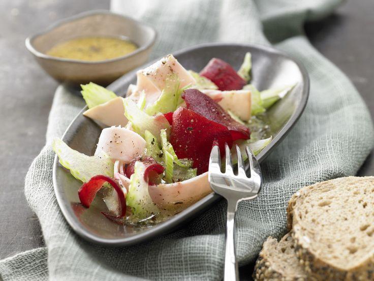 Rote-Bete-Salat mit Putenbrust - und Senf-Vinaigrette - smarter - Kalorien: 343 Kcal - Zeit: 10 Min. | eatsmarter.de perfekt für Low Carb Fans.