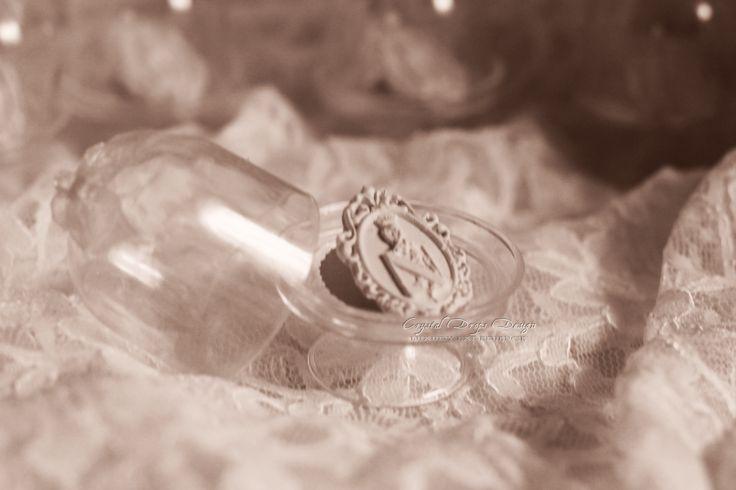 Cammeo segnaposto realizzato in ceramica profumata con essenza di fiori di arancio. Confezionato con alzatina in plexiglass rifinita con fiocchetto in organza.