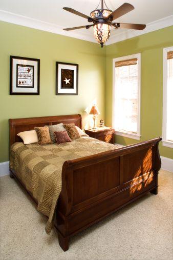 Para fomentar la unión en la pareja, hay que procurar que el dormitorio se encuentre en la zona Sudoeste. Es importante pintar las paredes de esta habitación en colores cálidos. No se debe utilizar nunca el azul, un color Yin que no despierta la pasión, motivo por el cual tampoco la ropa de cama debe ser azul. https://www.facebook.com/pages/Vida-y-Feng-Shui/134972643365688