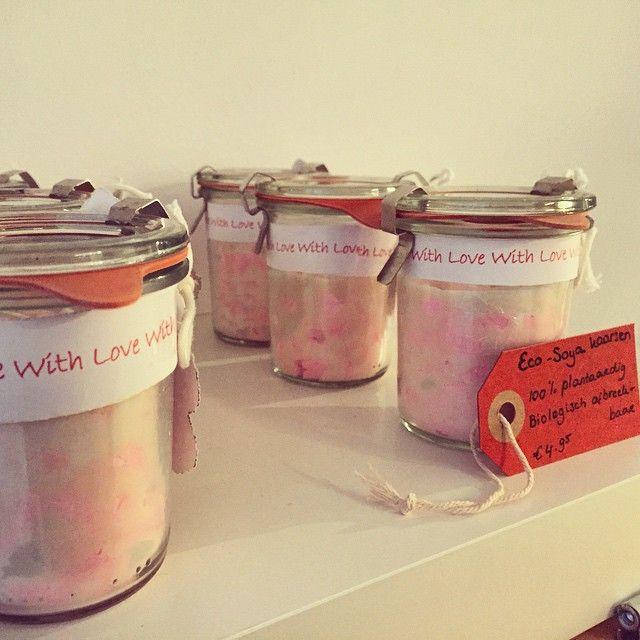 Eco soja kaarsen, met liefde gemaakt door een sociale werkplaats en te koop bij @beeswax in #amsterdamoost ... Zien er prachtig uit! #kaarsen #socialewerkplaats #madewithlove #candles #handmade #eco #soy #soycandle #metmik #inoost
