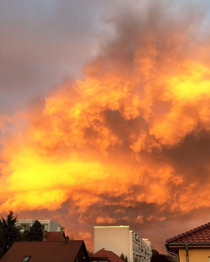 Der Himmel brennt!  #nofilter #skyporn #cloudporn #himmelüberberlin #berlin #instanow #sky #burningsky