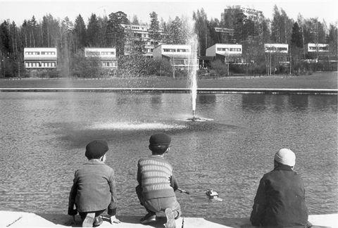 Alvar Aalto, Tapiola miasto-ogród, 1952-66. Zatoka wcinająca się w miasto, przyjazne środowisko dla mieszkańców, rodzaj eksperymentu urbanistycznego, nad zatoką, modernistyczne zasady, strefowanie funkcjonalne, niewielkie miasteczka przylegają do miasta-ogrodu, zespół swobodnie rozrzuconych osiedli i centrum, bardzo ważny kontekst przyrodniczy