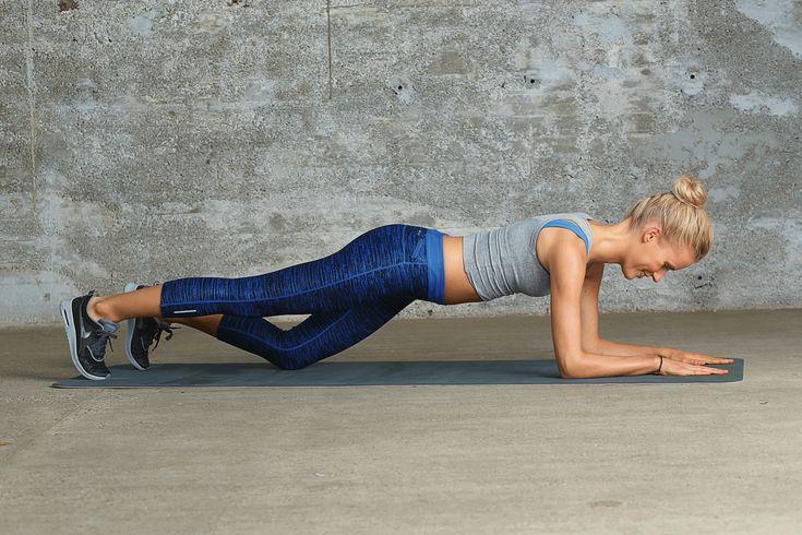 """Workout im Wohnzimmer: Mit dieser Plank-Übung trainiert ihr eure Bauch-, Po-, und Oberschenkelmuskulatur in einem. Sie ist aus dem Buch """"Das 8-Minuten-Workout ohne Geräte"""".⎜GU"""