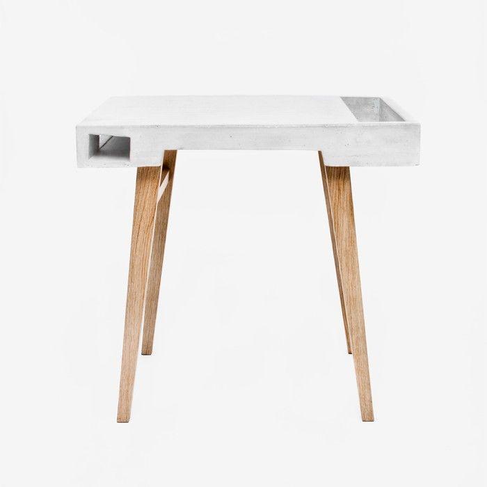 Der Concrete Table ist ein kleiner Arbeitstisch für den Wohnraum. Die seitlichen Fächer bieten Platz für Bücher und diverse Geräte. Der Tisch kann außerdem in der Küche als Behältnis für Pflanzen und Gewürze verwendet werden. Material: Eichenholz, Beton. In zwei verschiedenen Größen erhältlich: Klein:  L 80 D 50 H 75 cm Groß: L 130 D 60 H 75 cm € 1300