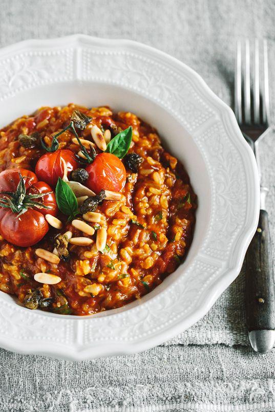 Die Tomaten im Risotto werden so lang eingekocht, dass sie einen sehr intensiven, fruchtigen Geschmack bekommen.