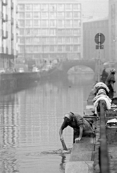 Ferdinando Scianna  '65  Milan Washing clothes in the Navigli
