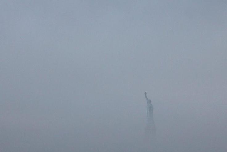 Niebla sobre la estatua  ANDREW KELLY (REUTERS) | 22-09-2011    La espesa niebla cubre la Isla Ellis, donde se erige la Estatua de la Libertad, que este año cumple su 125 aniversario.
