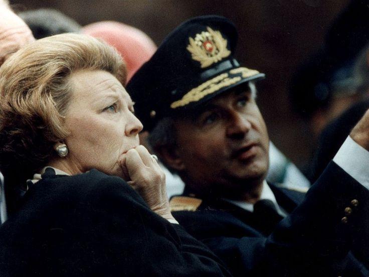 Een geëmotioneerde koningin Beatrix bekijkt een dag na de ramp met brandweercommandant Ernst de ravage, die is ontstaan na de crash. Paul Stolk / ANP.