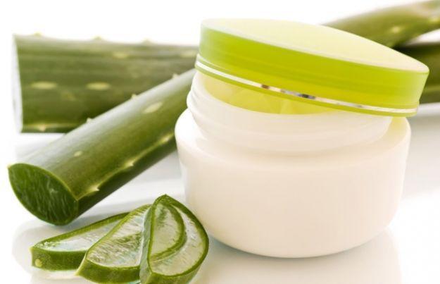 Η αλόη βέρα (δείτε τον τρόπο που μπορείτε να την χρησιμοποιήσετε: Πως χρησιμοποιούμε τη φρέσκια αλόη!) είναι ένα φυτό που χρησιμοποιείται σαν καλλυντικό από τις γυναίκες εδώ και αιώνες. Το ίδιο ισχύει και για το παρθένο ελαιόλαδο. Ο συνδυασμός τους σε μια φυτική μάσκα, που μπορείτε εύκολα να φτιάξετε στο σπίτι, είναι ιδιαίτερα ευεργετικός για το δέρμα. Όχι μόνο ενυδατώνει βαθιά την επιδερμίδα, αλλά μαλακώνει το δέρμα και το κάνει να δείχνει αψεγάδιαστο. Yλικά: – 1 κουτάλι της σούπας αγνό…