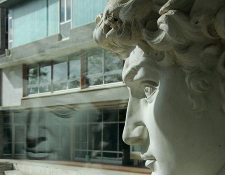 """Il David di Michelangelo si specchia nel Liceo artistico """"S.Stagi"""" Pietrasanta. Immagine per manifesto, a.s. 2010/11 (foto I.Flora)."""