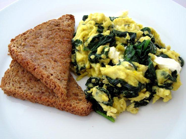 Sencilla y rica receta saludable de huevos revueltos con espinaca, ideal para cualquier día de la semana.