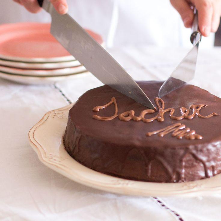 Cómo preparar tarta Sacher con Thermomix. La tarta Sacher (Sachertorte en alemán) es originaria de Viena. Creada por un aprendiz repostero, un tal Franz Sacher allá por el año 1832. La receta de ésta