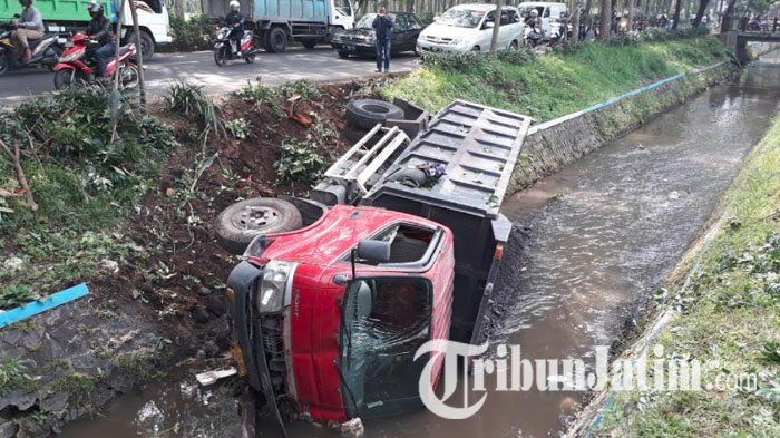 BREAKING NEWS - Truk Pengangkut Pasir Nyemplung ke Sungai di Kedungkandang Kota Malang