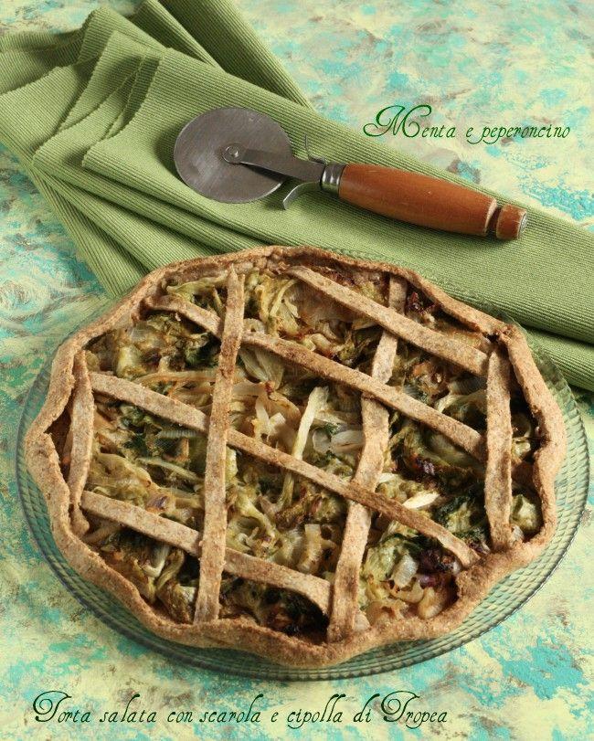 """La """"Torta salata con scarola e cipolla di Tropea"""" è un piatto unico leggero e sfizioso, una ricetta vegan che tutti possono gustare!"""
