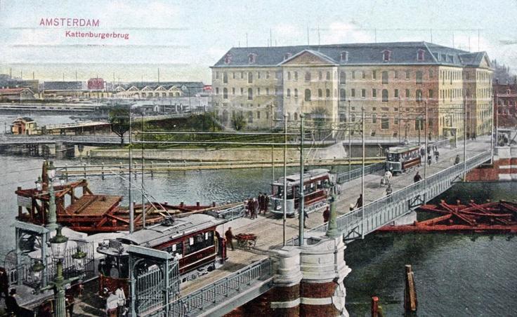 Amsterdam - Kattenburgerbrug. Met op de achtergrond het huidige Scheepvaartmuseum