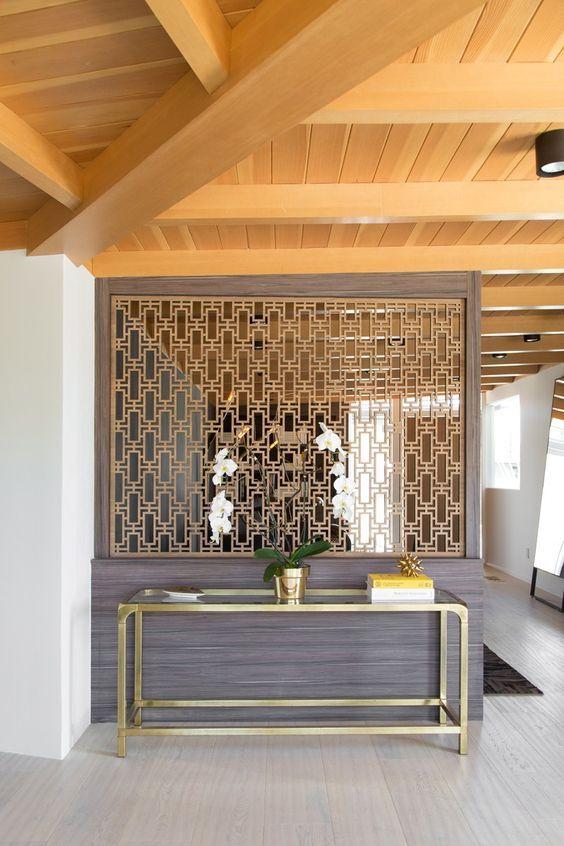 Los espacios abiertos son geniales, pero en ocasiones necesitamos algún separador de ambientes. Descubre cómo puedes usarlo y darle un nuevo estilo a la decoración.