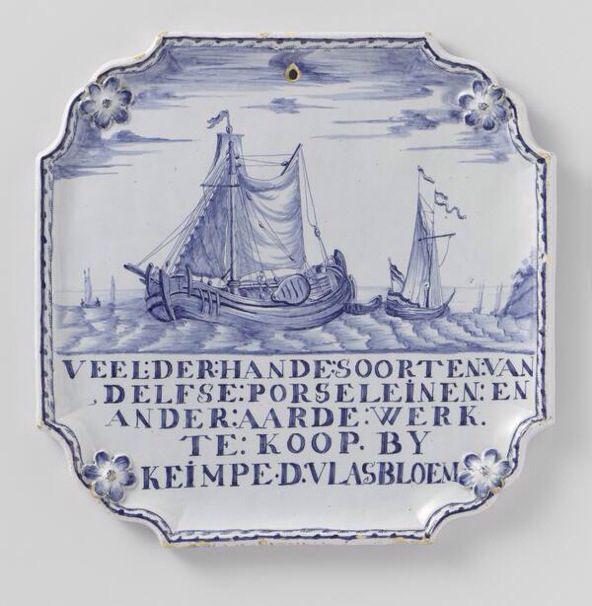 """Plaquette van blauw beschilderd Harlinger aardewerk met voorstelling van zeilschepen. Onderschrift: """"Veelderhande soorten van Delfse porseleinen en andere aardewerk. Te koop bij Keimpe D. Vlasbloem."""" Tinglazuur, ca 1780."""