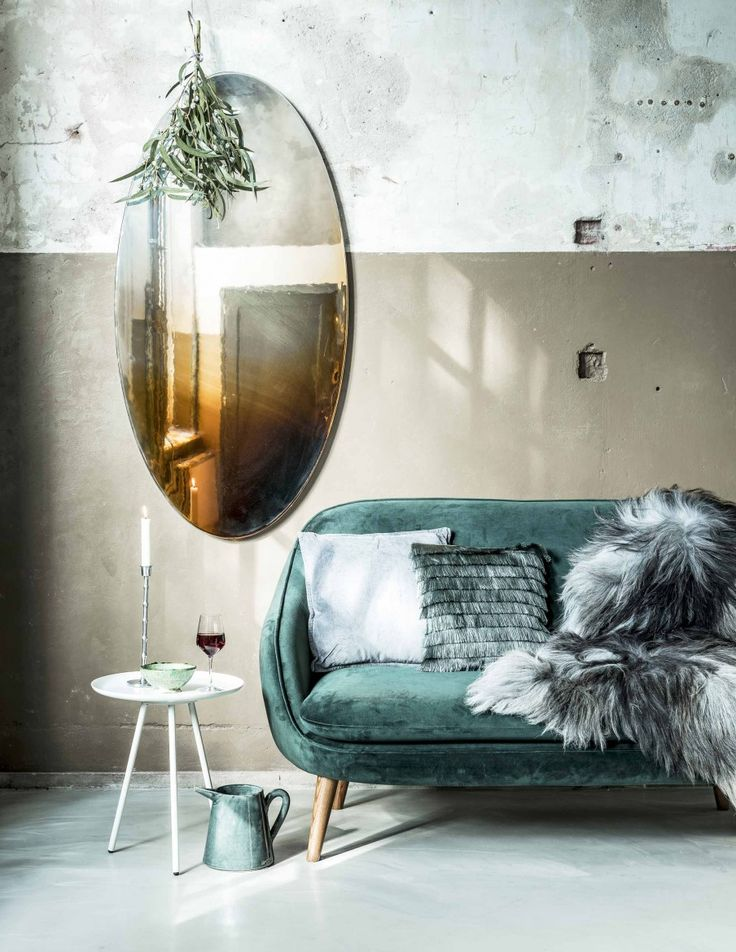 Groene, fluwelen bank met gouden spiegel | Green velvet couch with golden mirror | Fotografie Sjoerd Eickmans | Styling Moniek Visser