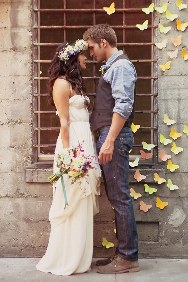 Lovely casual bride and groom! Read our guide on what to wear as a wedding guest to a casual wedding!