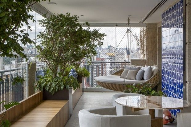 Varanda com verde e arte, projeto do escritório Coletivo Arquitetos.