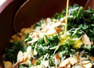 Sencilla ensalada de col rizada con vinagreta de limón