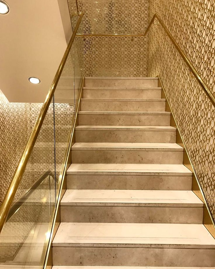 "5 Likes, 1 Comments - Francielli Genero|Arquiteta (@franciellig.arq) on Instagram: ""Lindeza de escada! Paredes revestidas com elementos vazados dourado! 😍#arch #archdecor #zarahome…"""