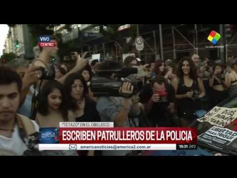 """Una multitud de mujeres protestó en el Obelisco con un """"tetazo"""""""