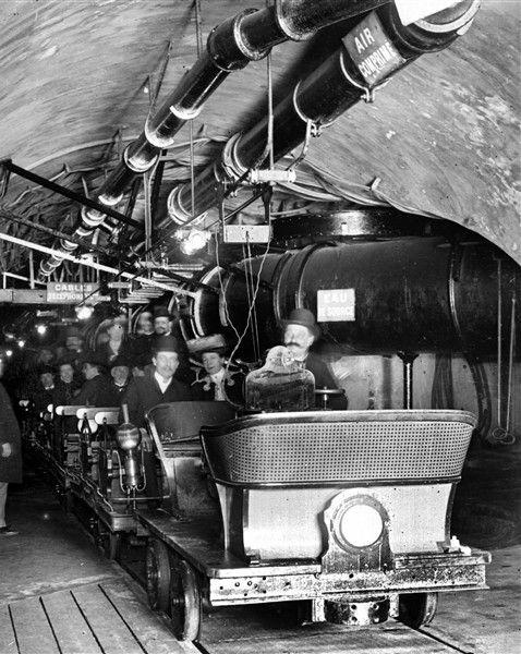Visite des égouts de Paris en wagonnet.1903 Détail d'une vue stéréoscopique. © Léon et Lévy / Roger-Viollet