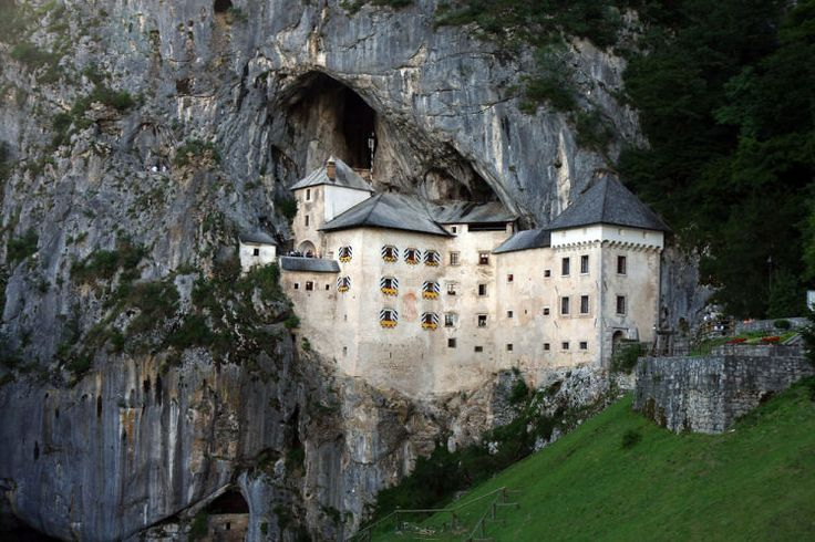 Predjamský hrad, který je považován za jeden z nejkrásnějších v Evropě. Pokud jej navštívíte, možná dáte tomuto tvrzení za pravdu. Jeho jedinečnost spočívá nejen ve stavbě samotné, ale také v jejím umístění. Hrad byl vměstnán pod převis skalní stěny, které je vysoká úctyhodných 123 metrů.Nejslavnější obyvatel  byl v 15. století loupeživý rytíř Erasmus Jamský, kterému se jako jednomu z mála dobyvatelů podařilo překonat obranný systém hradu.