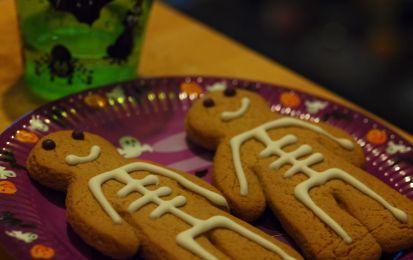 Biscotti scheletrini - Questi biscotti scheletrini sono perfetti per Halloween, infatti incarnano perfettamente lo spirito della festa; se non amate i sapori speziati preparateli con pasta frolla al cacao.