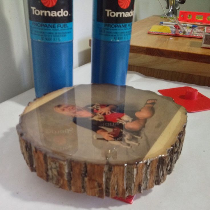 Pouring the epoxy resin onto the photo transferred onto