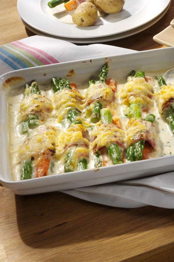 Spargel und Möhren eingerollt in gekochtem Schinken. Durch die leckere Sauce und den Käse super würzig und lecker.