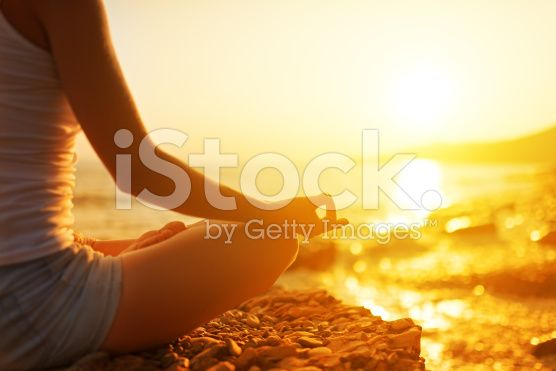 Mano di donna meditare in una posa yoga sulla spiaggia  - fotografia stock royalty-free