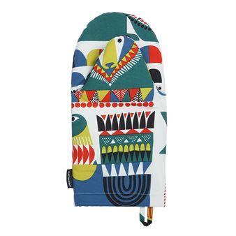 Ge ditt kök en färgklick med den charmiga Kukkuluuruu grytvante från finska Marimekko. Grytvanten är tillverkad i rejäl bomull och har ett färgglatt mönster med figurer inspirerade av finska regioner och Afrikas hörn i en härlig mix. Grytvanten passar utmärkt att använda vit matlagning eller bakning och hjälper dig att skydda händerna från varma formar och kokkärl.