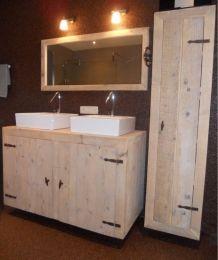 Is dit werkelijk een badkamer van steigerhout? Jazeker en dat is toch wel even heel wat anders dan een doorsnee badkamer. Woorden als sfeervol, strak en stijlvol passen goed bij dit ontwerp. Vooral de slanke kast zorgt voor rust omdat je er al je spullen in kwijt kunt. Ook geïnspireerd geraakt? Ontwerp je eigen badkamer en de vakmensen van de Steigeraar maken hem graag voor je.Badmeubel: b130xd60xh80cm €385,- kast: b45xd35xh180cm €350,- spiegel: 130x60cm €115,-