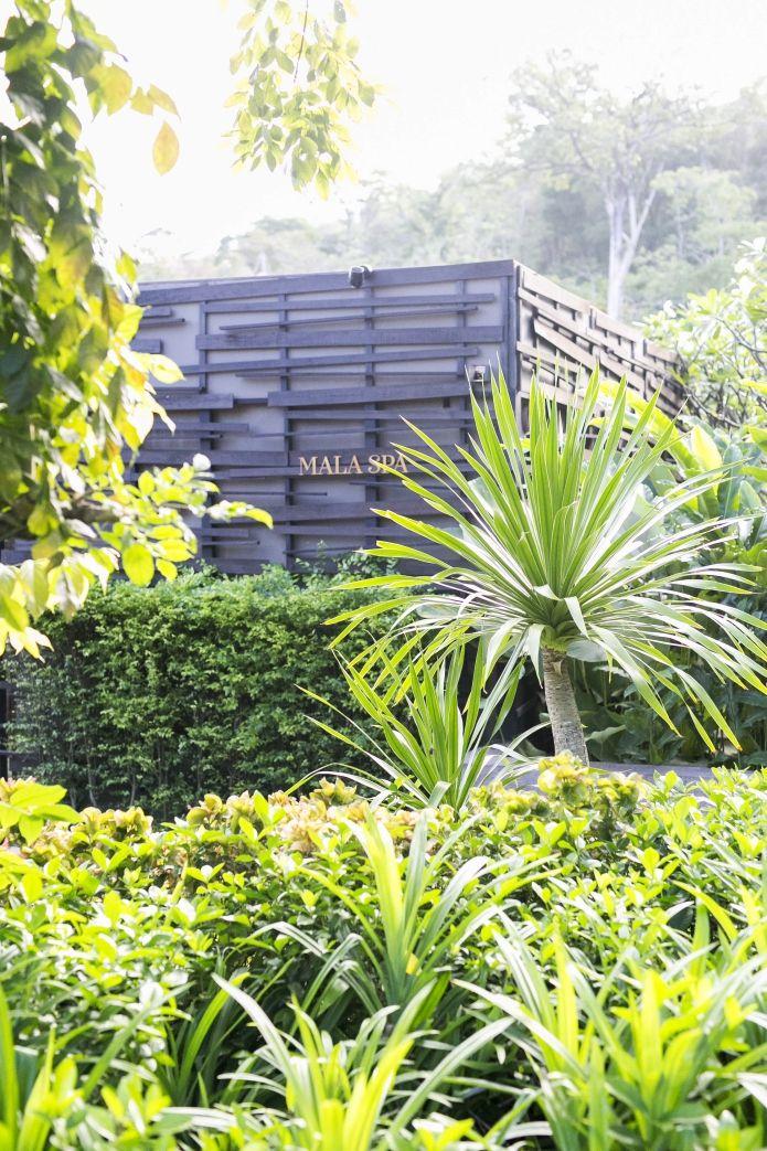 """Ja wo soll ich nur anfangen, bei all den wunderschönen und zahlreichen Eindrücken die wir aus dem Keemala """"Villen-Wunderland"""" mitnehmen durften, musste ich erst mal lange meine Gedanken (und die zig tausenden Fotos) sortieren. Heute möchte ich euch über unseren Aufenthalt im Baumhaus-VillenhotelKeemala Phuket berichten. Ein 5-Sterne-Hotel in den Wäldern"""