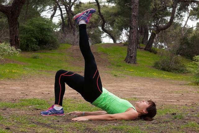 2. HÖFTLYFT Gört: Steg 1: Lägg dig på rygg med böjda ben och fötterna nära sätet. Spänn bålen och tryck upp höften så att överkroppen och benen bildar en rak linje. Stanna här och se till att hålla uppe rumpan under hela övningen. Steg 2: Lyft ett ben uppåt eller rakt ut. Fokusera på att hålla höfterna parallella, jobba upp och ned med sätet. Byt ben till nästa repetition. Här ska det ta: Rumpa, rygg, baksida lår.