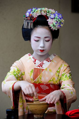 Maiko UmesayaPattern Mixing, Geishas Kimonos Maiko Geiko, Teas Ceremonies, Colours Pattern Mixed, Amazing Colours Pattern, Tea Ceremony, Teas Ceremovi, Maiko Umesaya, Umesaya Performing