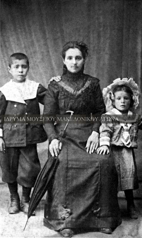 Αναμνηστική φωτογραφία, η οποία απεικονίζει μία αστική οικογένεια βλάχων από τα Τρίκαλα. Στο κέντρο της φωτογραφίας διακρίνεται η μητέρα και τα δυό της παιδιά, δεξιά και αριστερά της. Η φωτογραφία έχει τραβηχτεί στα τέλη του δεκάτου ενάτου αιώνα. Συλλογή Αστέριου Κουκούδη