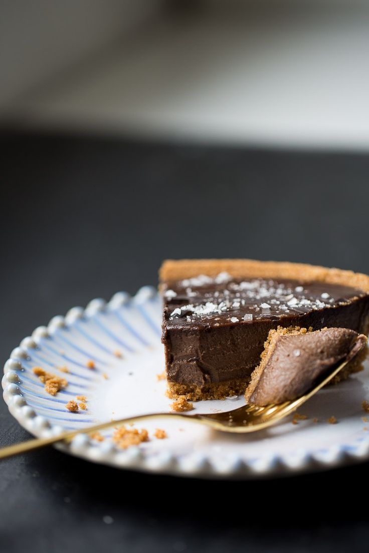 This recipe for creamy chocolate vegan pie is delicious and super easy to prepare. The filling is made with cashews, coconut milk, dark chocolate and a hint of chipotle pepper. Best Vegan Desserts, Raw Desserts, Vegan Dessert Recipes, Vegan Treats, Raw Food Recipes, Yummy Treats, Dinner Recipes, Best Chocolate Cake, Chocolate Pies