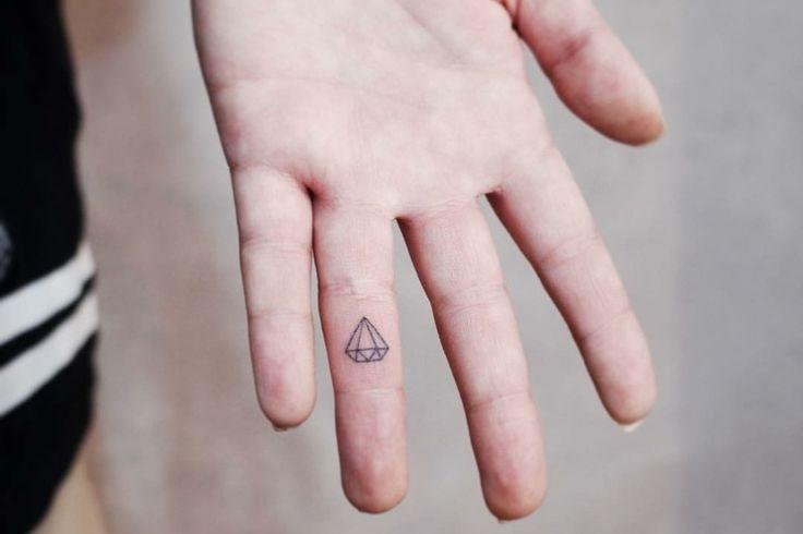 Best 25 tatouage doigt ideas on pinterest fl che tatouage sur doigt piercing partie - Tatouage au doigt ...