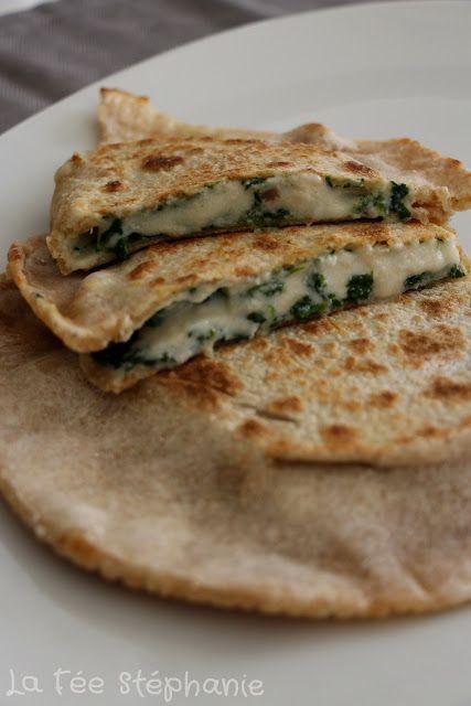 La Fée Stéphanie: Recette de street food turque: les gözleme. Version vegan, garnis d'épinards aux pignons de pin et de fromage fondant et crémeux.