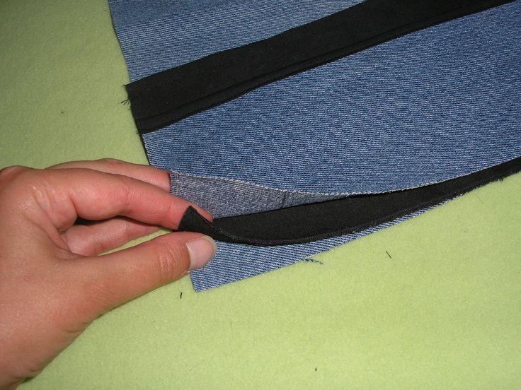 Il faut: 25x40cm de tissus épais (ici du jean') 10x70cm de tissus épais (ici du jean's) 15x40cm de tissus (ici noir) 2fois 10x10cm de tissus noir pliés en 2 et cousus pour faire 2 petites sangles 2m10 de biais Fil,aiguille,épingles Une ceinture Faire...