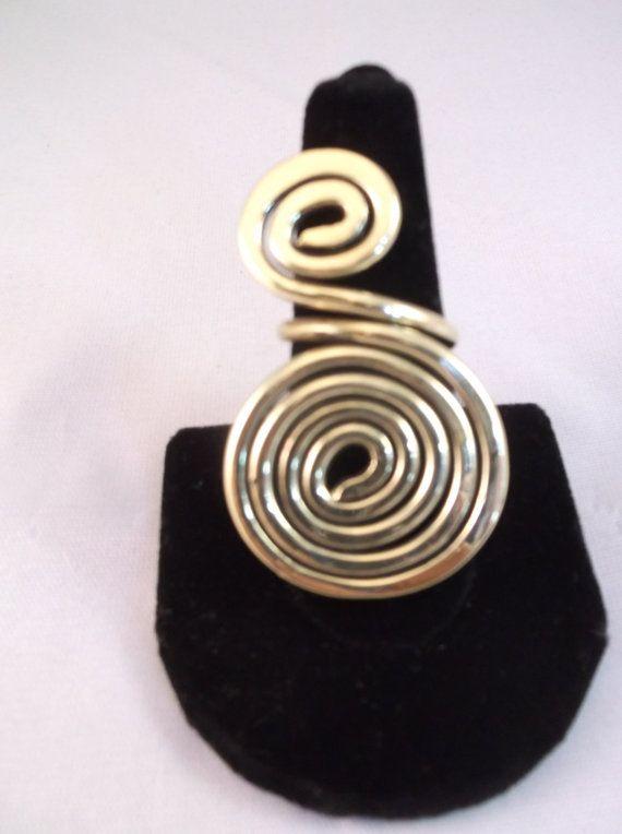 Anillo de cobre amarillo hecha a mano de espiral grande. Yo puedo tamaño para la mayoría de los tamaños para usted. Me encanta utilizar alambre de latón reciclada con sus propiedades terapéutica y ser un buen conductor de electricidad. Mensaje me para más detalles.