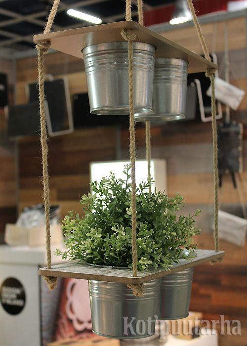 Yksinkertaisen kauniit riippuvat ruukkuhyllyt ovat Think Todayn mallistoa.