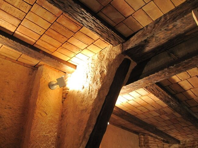 Techos con vigas imitaci n de madera y paneles de fibra de for Vigas de decoracion