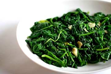 Classic spinach recipe. The best way to cook delicious fresh spinach, with olive oil and garlic. Step-by-step instructions and photographs.