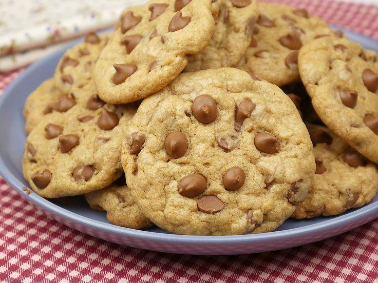 Já fizemos o maravilhoso Cookies de Chocolate e foi sucesso, agora imagine o clássico dos Cookies com sabor de baunilha e gotinhas de chocolate?!