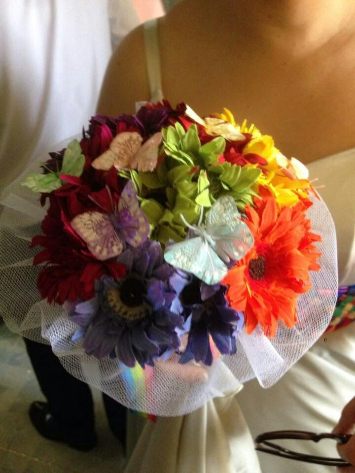 Bouquet con fiori finti e farfalle fatto a mano . Handmade bouquet per damigelle